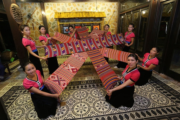 Thai-traditional-dancing-in-mai-chau
