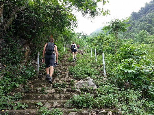 hiking-up-to-hang-chieu-cave